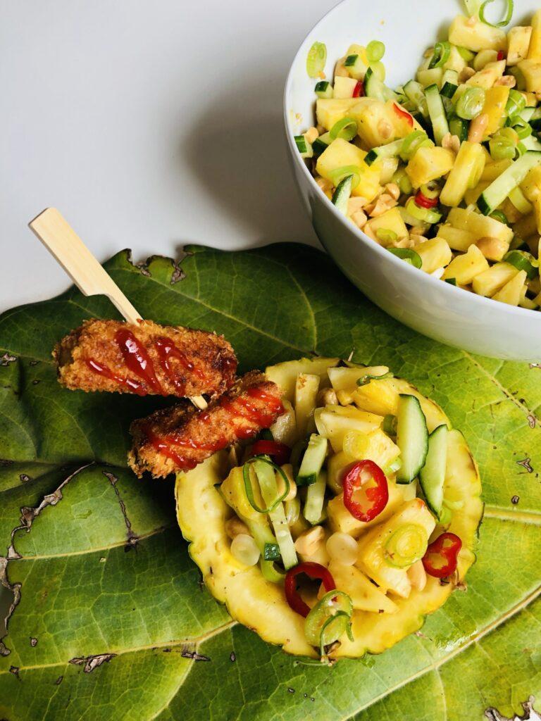Tropischer Ananassalat mit crunchy Kokos-Tofu