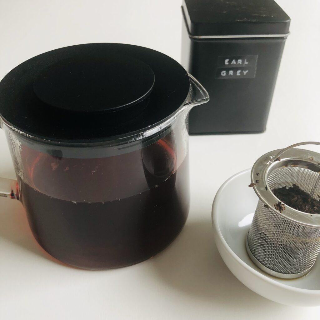 Schwarzen Tee aufbrühen