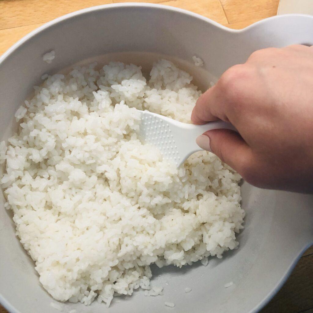 Reis mit Essig, Zucker und Salz vermischen