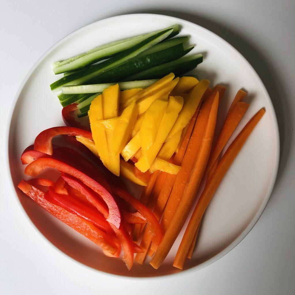 Gemüse und Mango schneiden