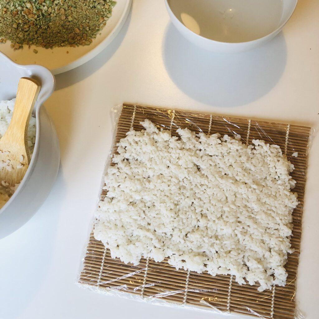 Reis auf Matte verteilen