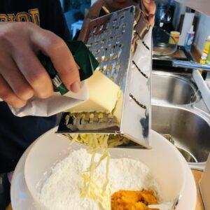 Margarine und Kürbis hinzugeben