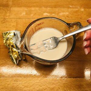 Hefe mit Pflanzenmilch vermischen